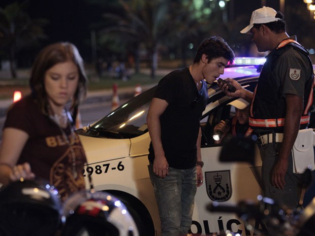 Vitor tem até que fazer o teste do bafômetro! (Foto: Malhação / Tv Globo)
