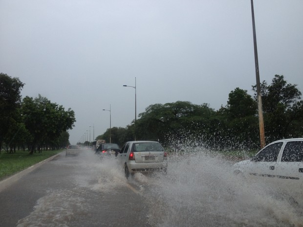 Avenida Theotônio Segurado em Palmas, capital do Tocantins, alagada após chuva  (Foto: Fabrício Soveral/G1)