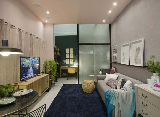 """O """"Estúdio Delas"""", projetado por Camila Mesquita, CLAU Arquitetura é um apartamento de 24,5m², com funções e ambientes integrados. Os quadros e objetos de design são produzidos por mulheres e a cor rosa se mistura com elementos clássicos e industriais (Foto: Divulgação)"""