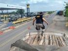 PRF flagra o transporte ilegal de toras de acapu na BR-155, em Marabá, PA