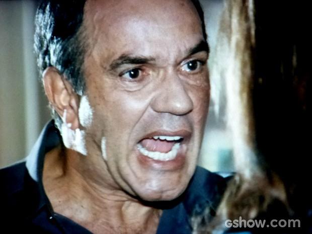 Virgílio deixa claro para Helena que está de saco cheio e pode sair de casa (Foto: Em Família / TV Globo)