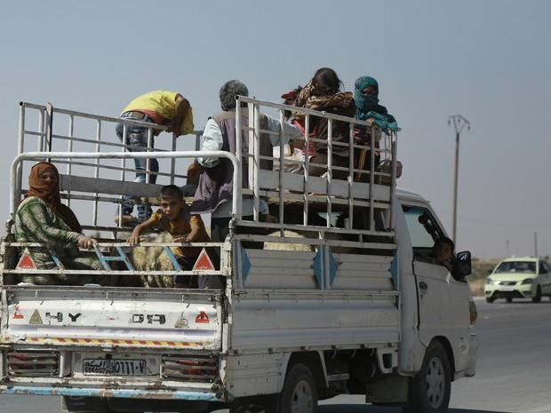 Grupos étnicos como os curdos (acima, um grupo de civis curdos fugindo de área destruída) também estão envolvidos nos embates (Foto: DELIL SOULEIMAN / AFP)