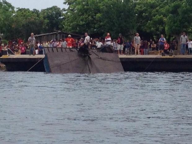 Parte da embarcação chega até superfície (Foto: Rodrigo Grando/ TV Morena)