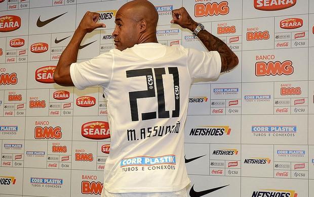 Marcos Assunção exibe a camisa 20 do Santos (Foto: Ivan Storti/Divulgação Santos FC)