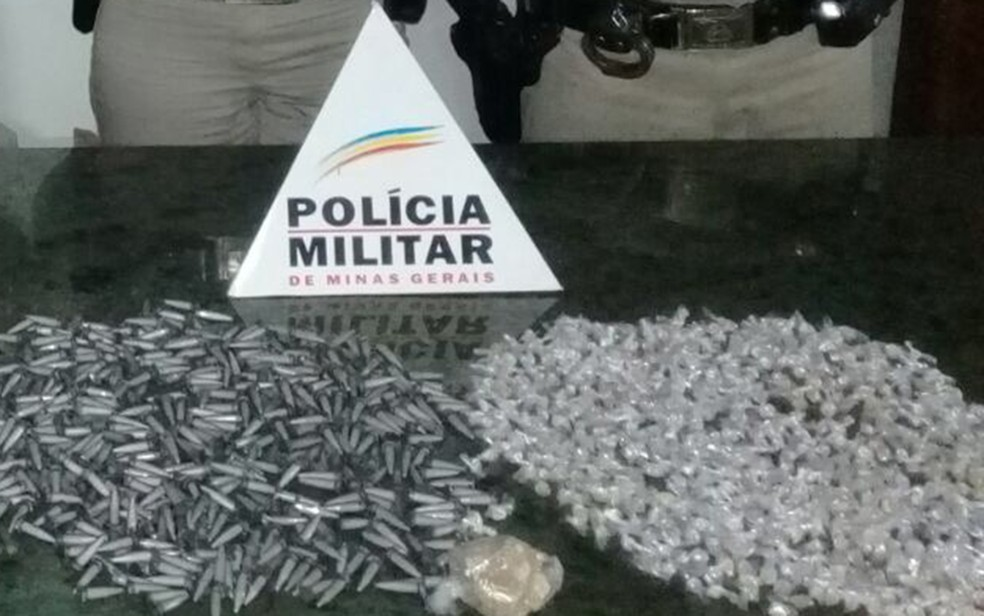Drogas são apreendidas em Betim. (Foto: Polícia Militar/Divulgação)