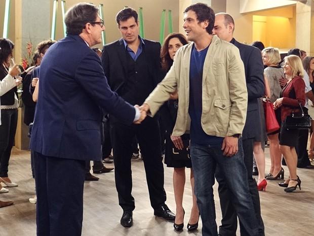 Depois de um tempo, Caíque fala com o convidado correto (Foto: Tatiana Helich/Gshow)