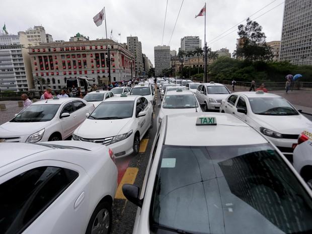 Protesto de taxistas no Viaduto do Chá  (Foto: Newton Menezes/Estadão Conteúdo)