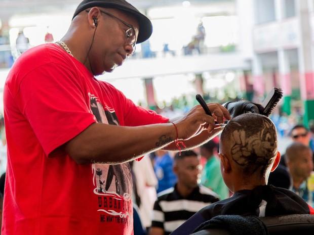 Barbeiro faz desenho na cabeça de modelo em edição passada (Foto: Batalha de Barbeiros/ Divulgação)