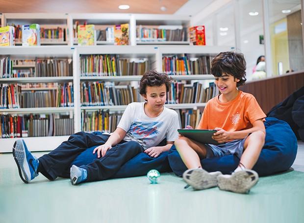 Alunos do 6º ano do Ensino Fundamental programam no tablet a trajetória do robô Sphero (Foto: Agência Ophelia)
