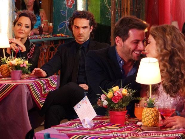 Alberto não vê a hora de acabar com a felicidade do casal (Foto: Flor do Caribe / TV Globo)