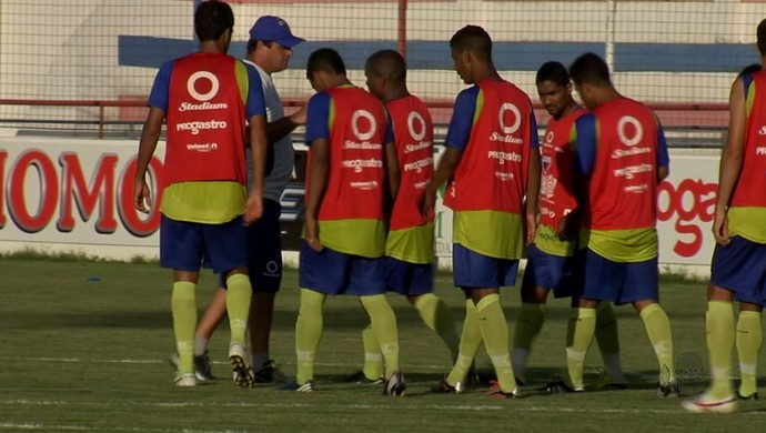 Vica pede concentração ao time para vencer o Confiança (Foto: Reprodução / TV Verdes Mares)