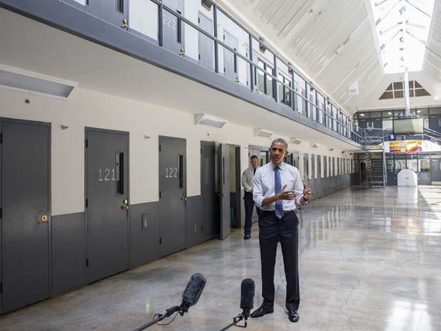 Barack Obama visita prisão federal El Reno em Oklahoma City nesta quinta-feira (16) (Foto: AP Photo/Evan Vucci)