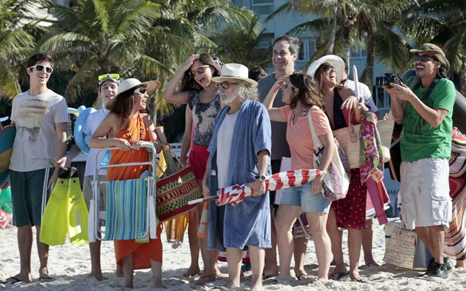 Elenco se diverte em dia de gravação na praia (Amor Eterno Amor/TV Globo)