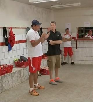 Técnico de basquete, Guerrinha dá palestra para o elenco do Noroeste (Foto: Reprodução / TV TEM)