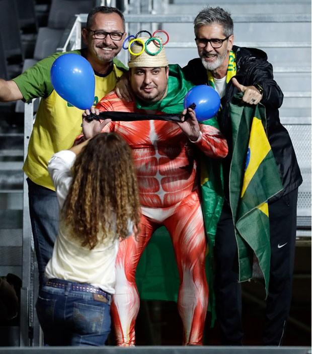 Fantasias mostram criatividade dos torcedores durante Olimpíada.  (Foto: Mike Groll/AP)