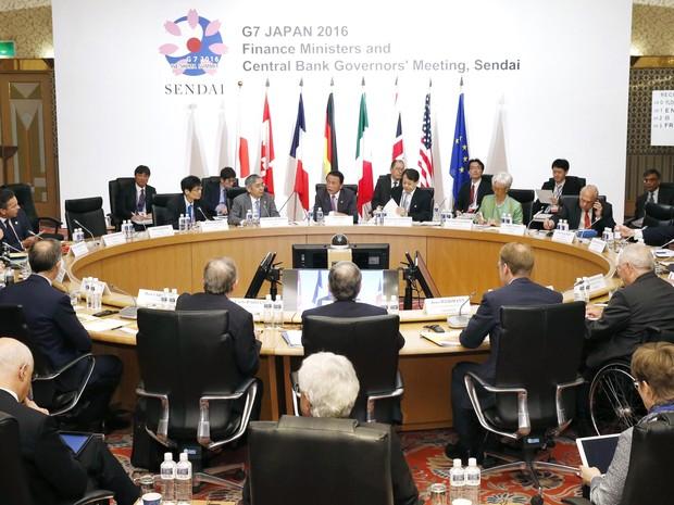 O ministro das Finanças do Japão, Taro Aso, ao centro, presidente reunião de ministros do G7 nesta sexta-feira (Foto: Yohei Kanezashi/Kyodo News/AP)
