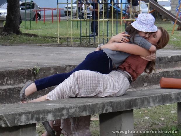 Paloma e Paulinha se divertem na pracinha (Foto: Amor à Vida / TV Globo)