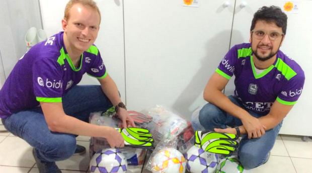 Eugen Braum e Samuel Toaldo usam o dinheiro dos 'aluguéis' para doar materil esportivo para crianças carentes (Foto: (Reprodução/Facebook))