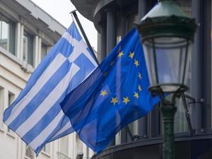 Bandeira grega em frente à embaixada da Grécia em Bruxelas (Foto: REUTERS/Yves Herman)