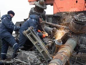 Especialistas holandeses supervisionam trabalhos dos separatistas pró-russos em Donetsk, na Ucrânia, neste domingo (16) (Foto: MENAHEM KAHANA / AFP)