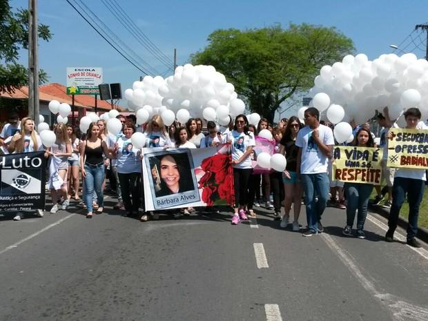 Passeata homenageou Bárbara Alves, morta em troca de tiros entre policiais e ladrões (Foto: Fernando Martins/RPC TV)
