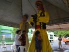 Prontos, bonecos da 'Banda' esperam passagem do bloco em Macapá