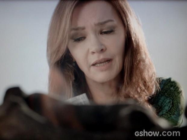 Helena se despede de pertences (Foto: Em Família / TV Globo)