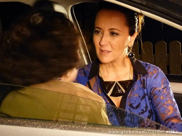Guiomar pressiona Maria Adília para saber quem é o pai de Candinho (Foto: Flor do Caribe / TV Globo)