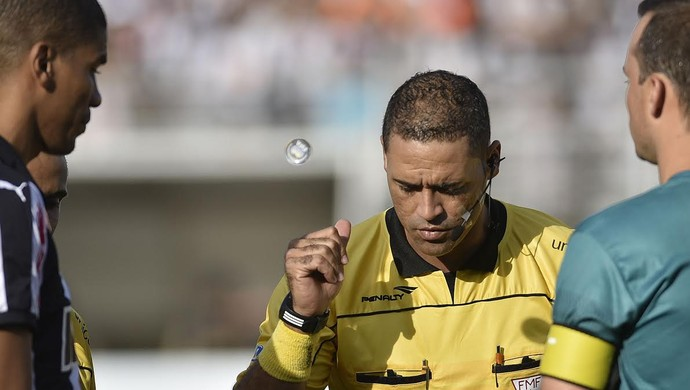 árbitro Emerson de Almeida Ferreira (Foto: Douglas Magno)