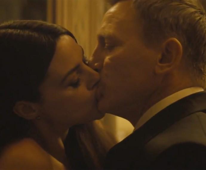 """Clipe de """"Writing's On The Wall"""" traz cenas quentes e inéditas de """"007"""" (Foto: Reprodução)"""