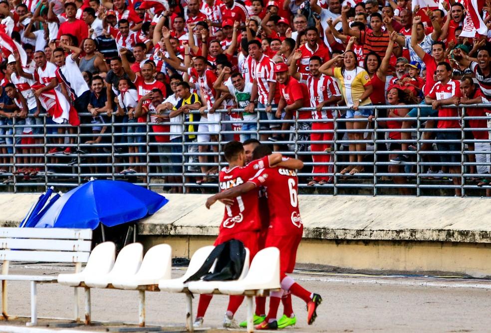 Diego abre o placar no Rei Pelé e comemora com Edson Ratinho e Erick Salles (Foto: Ailton Cruz/Gazeta de Alagoas)