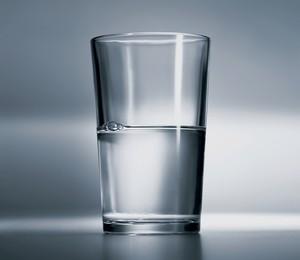 ATITUDE Os otimistas diriam que este copo está meio cheio. Mas será que isso os torna mais felizes?  (Foto: David Arky/Corbis/Latin Stock)