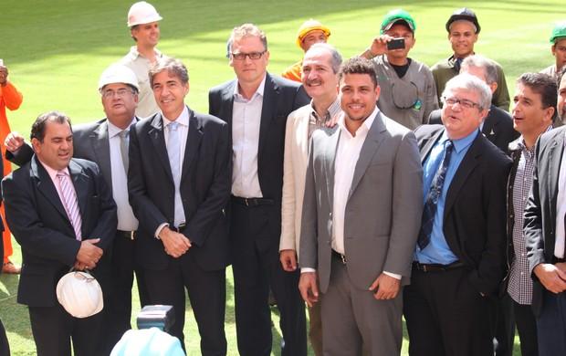 Valcke e autoridades visitam Mané Garrincha (Foto: Fabrício Marques)