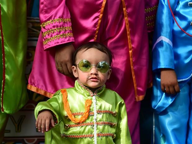 Criança fantasia da de Beatle participa de evento no México (Foto: Alfredo Estrella/AFP)