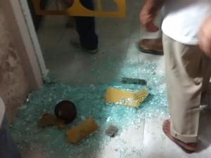 Porta foi quabrada durante o protesto contra o deputado federal Eduardo Cunha na Assembleia Legislativa da Paraíba (Foto: Diogo Almeida / G1)