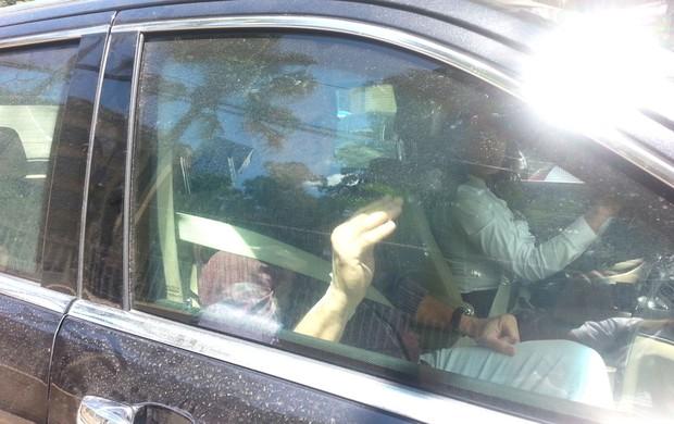 Oswaldo de Oliveira saindo do Hospital (Foto: Vicente Seda)