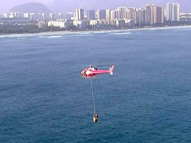 Resgate foi realizado com ajuda de um helicóptero (Foto: Reprodução/TV Globo)