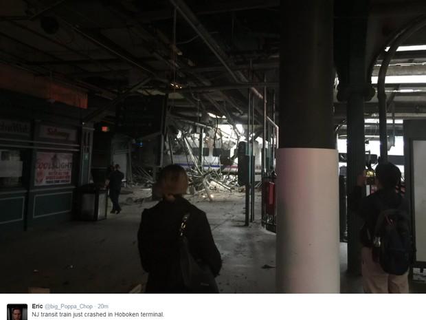Acidente de trem provocou estragos em estação de Nova Jersey, nos EUA, na manhã desta quinta-feira (29)  (Foto: Reprodução G1/ Twitter Eric  )