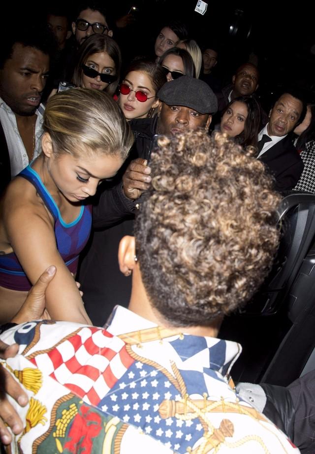 Lewis Hamilton ajuda a Golden Barbie a entrar no carro (Foto: AKM-GSI)