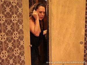 Márcia tenta ajudar no parto como pode (Foto: Amor à Vida / TV Globo)