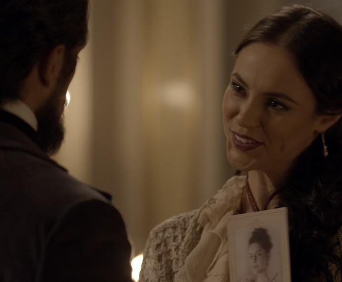 Melissa mostra uma foto de Berenice para Felipe (Foto: TV Globo)