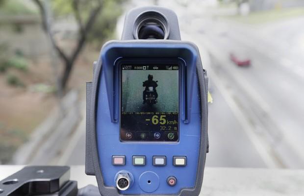 Radar flagra moto acima da velocidade máxima permitida em São Paulo (Foto: Cesar Ogata / Secom (10/09/2015))