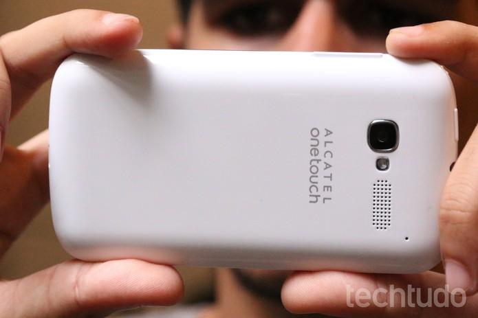 Bateria do Alcatel One Touch Pop C5 pode durar um dia todo (Foto: Lucas Mendes/TechTudo)