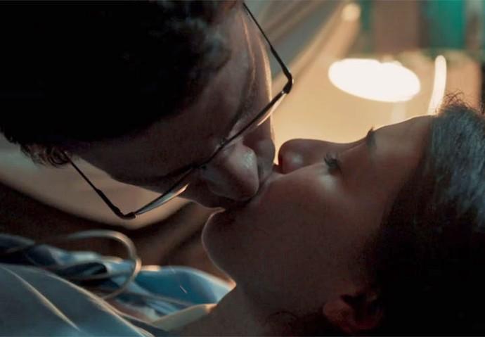 Maurício beija Beatriz (Foto: TV Globo)