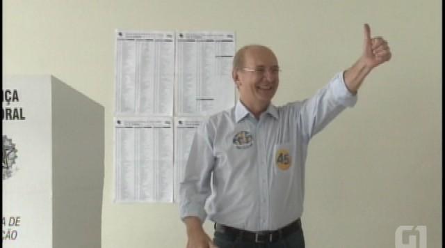 Candidato ao governo de SC, Paulo Bauer vota em Joinville