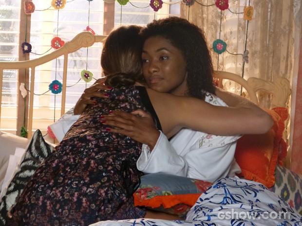 Luiza consola Alice que não sabe o que fazer após a revelação (Foto: Em Família/TV Globo)