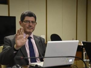 O ministro da Fazenda, Joaquim Levy, responde perguntas de internautas (Foto: Reprodução/Facebook Portal Brasil)