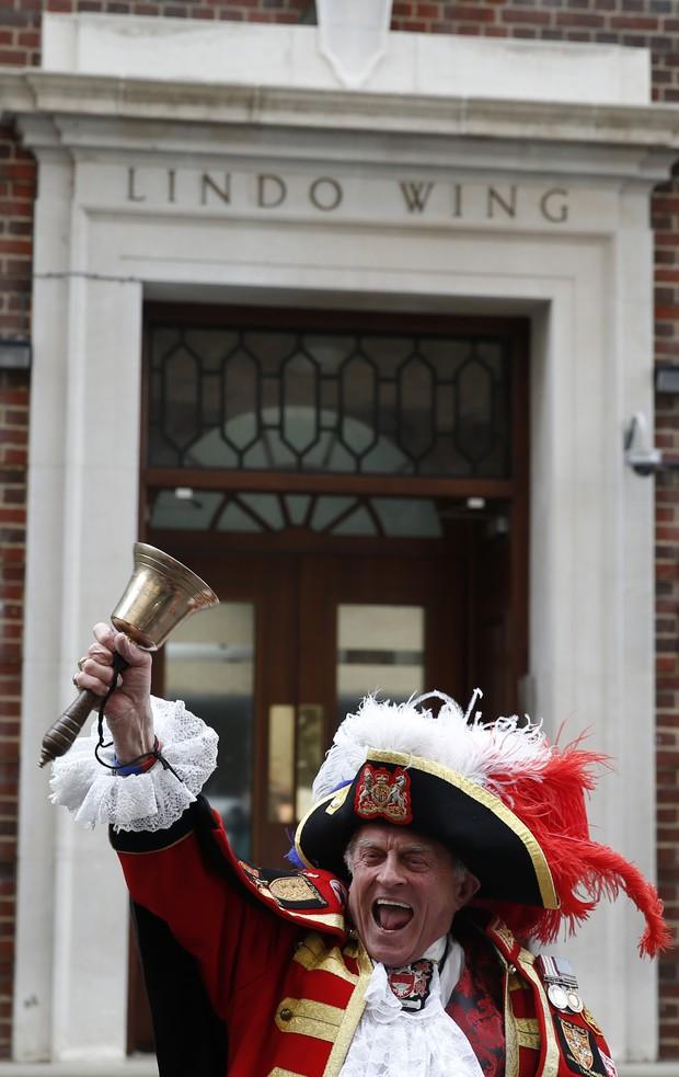 Tony Appleton comemora o nascimento tocando seu sino (Foto: AFP)