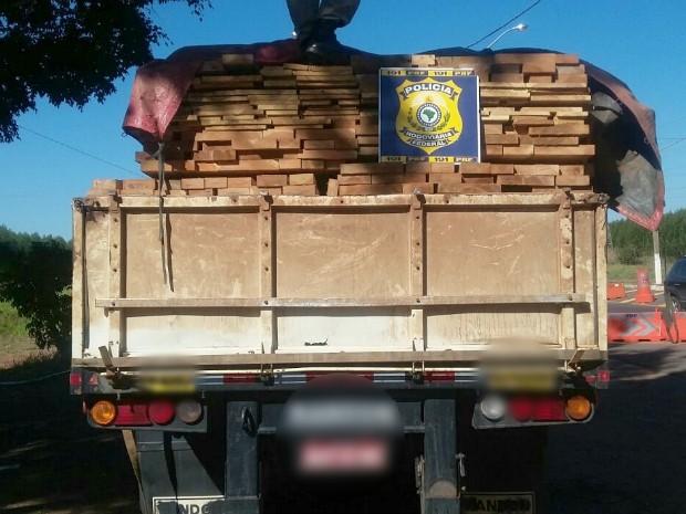 Carga de 43 m³ de madeira nativa da Amazônia é apreendida em MS (Foto: Divulgação/ PRF)