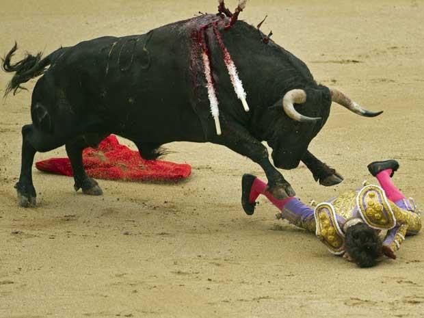 O toureiro foi medicado e voltou à arena mais tarde. Embora ferido e sangrando, Castella matou o bicho mais tarde. (Foto: Daniel Ochoa de Olza / AP Photo)